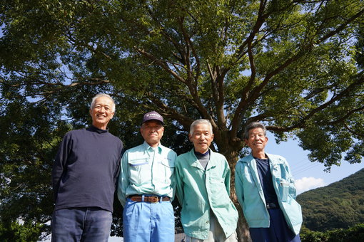 手島自然教育センターに集まった海老名さんと手島の皆さん