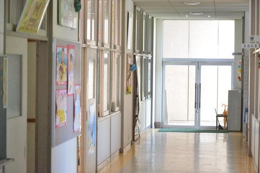 小手島小学校の構内