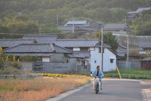 手島をバイクで走る高田さん